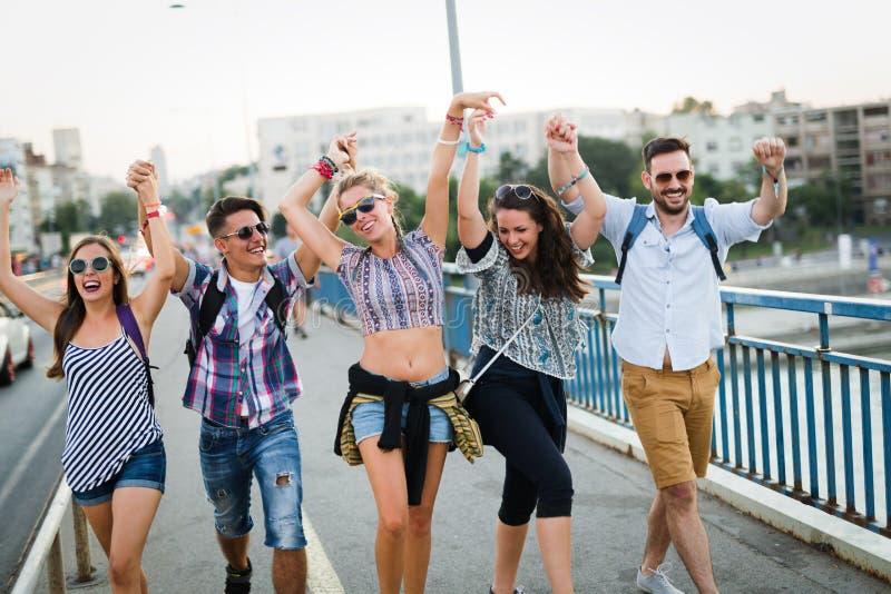 Beeld van gelukkige jonge vrienden die uit samen hangen stock afbeeldingen