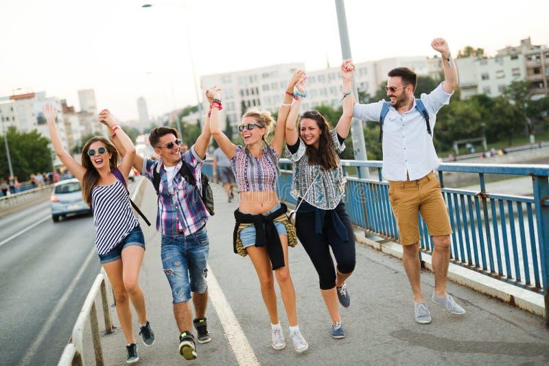 Beeld van gelukkige jonge vrienden die uit samen hangen royalty-vrije stock afbeelding