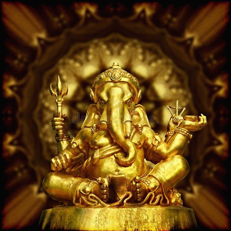 Beeld van Gouden Beeldhouwwerk Hindoese God Ganesha. stock fotografie