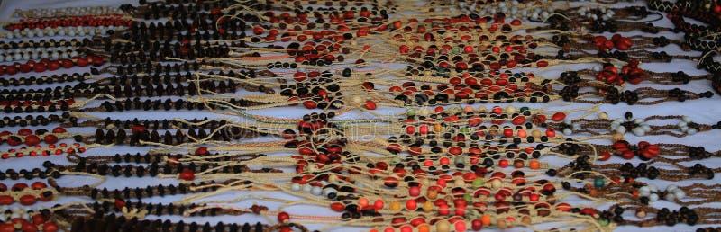 Beeld van halsbanden, lokale die ambachten door inheemse mensen in Zuid-Amerika worden gemaakt stock foto
