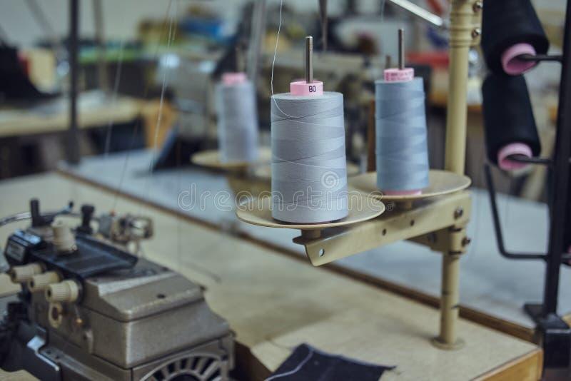 Beeld van heel wat rollen met draden op de naaiende workshop royalty-vrije stock fotografie