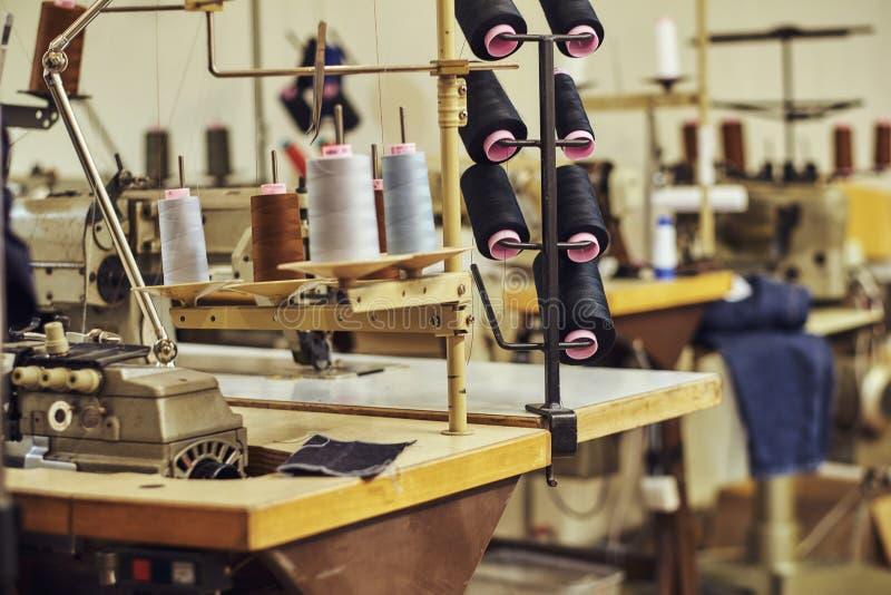 Beeld van heel wat rollen met draden op de naaiende workshop stock fotografie
