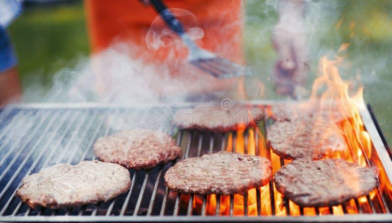 Beeld van heerlijke die burgers op barbecue wordt geroosterd royalty-vrije stock afbeeldingen