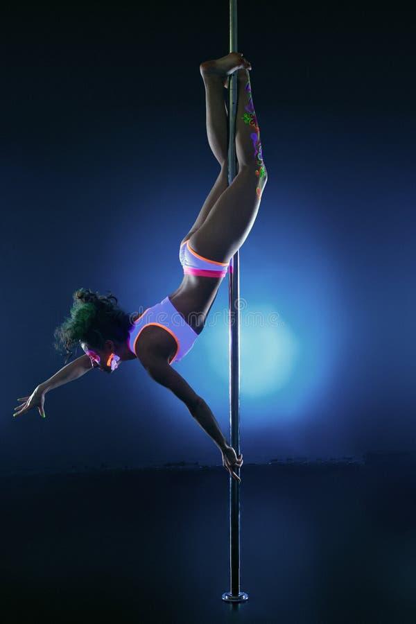 Beeld van het atletische jonge meisje dansen op pool royalty-vrije stock afbeeldingen