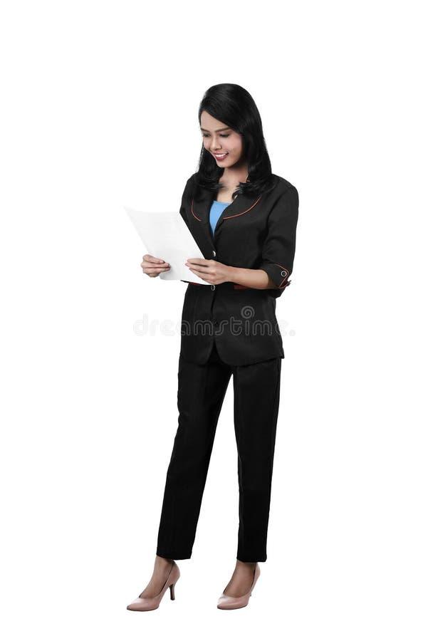 Beeld van het Aziatische handelspapier van de bedrijfsvrouwengreep stock foto