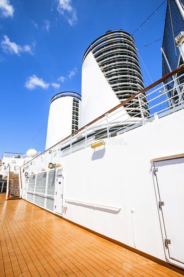 Beeld van het dek op een cruiseschip stock foto