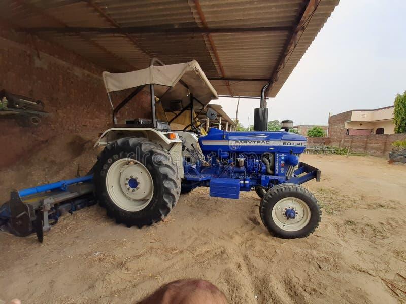 Beeld van het dorpsidda van tractor westelijke pendu stock foto's