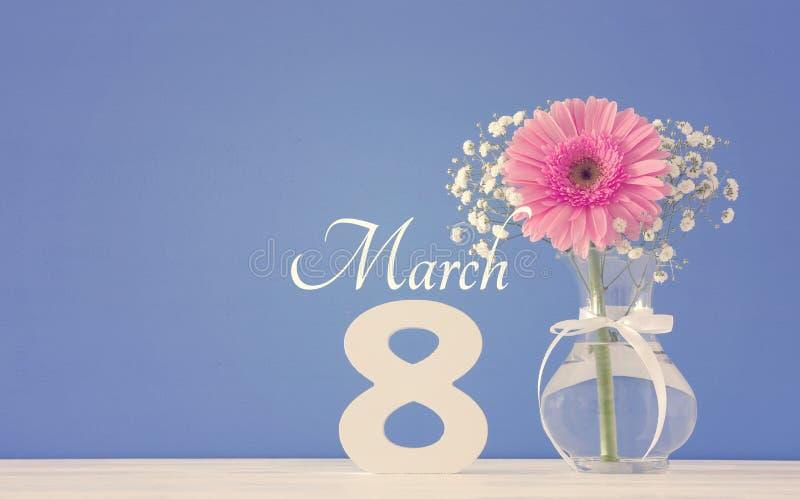 Beeld van het Internationale concept van de vrouwendag met mooie bloem in de vaas op houten lijst royalty-vrije stock foto's