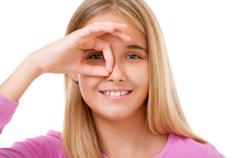 Beeld van het mooie jonge meisje kijken door gat van vingers I stock afbeeldingen