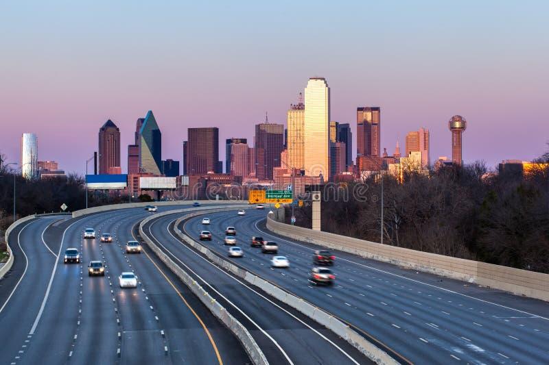 Horizon de van de binnenstad van Dallas in de avond stock foto