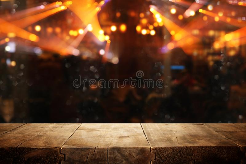 Beeld van houten lijst voor de samenvatting vage achtergrond van restaurantlichten stock afbeeldingen