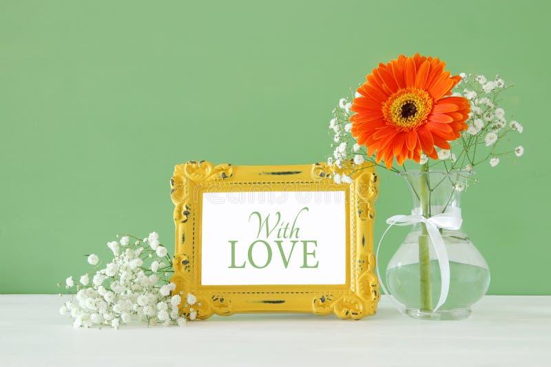 Beeld van Internationale women& x27; s dagconcept met mooie bloem in de vaas op houten lijst stock afbeelding
