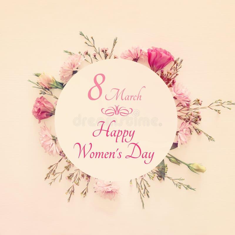Beeld van Internationale women& x27; s dagconcept met mooie bloemen stock afbeelding