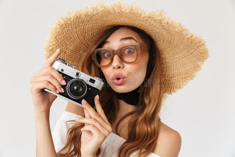 Beeld van jaren '20 die van de hipster de jonge vrouw strohoed dragen en sunglasse stock foto's
