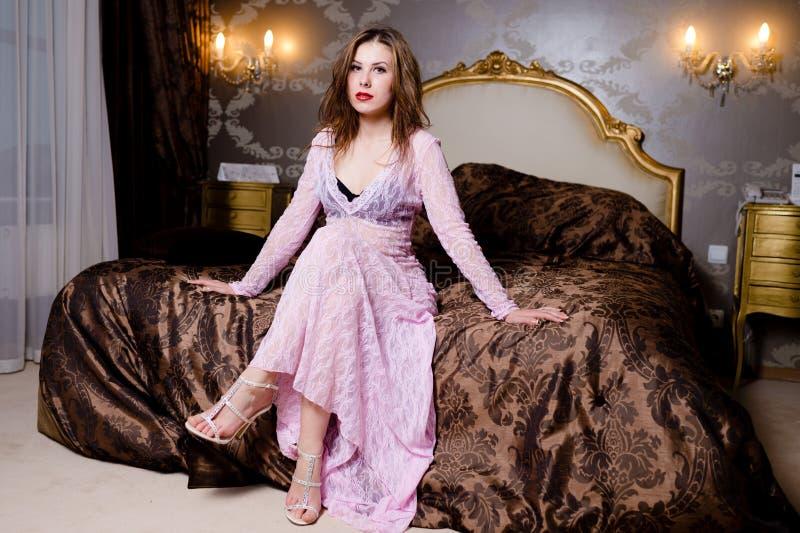 Beeld van jong sexy mooi meisje op luxueus royalty-vrije stock foto