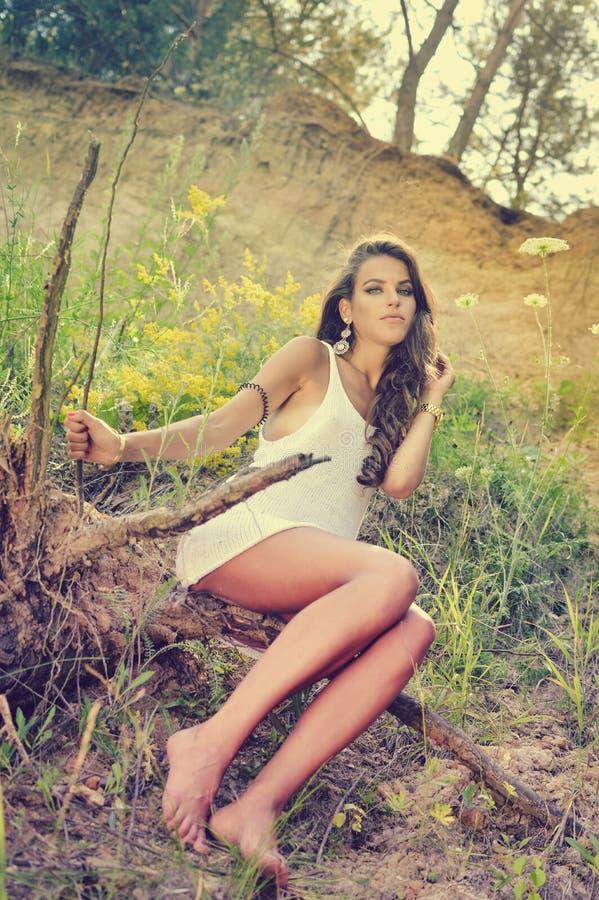Beeld van jonge mooie de damezitting van glamoursexi stock afbeeldingen