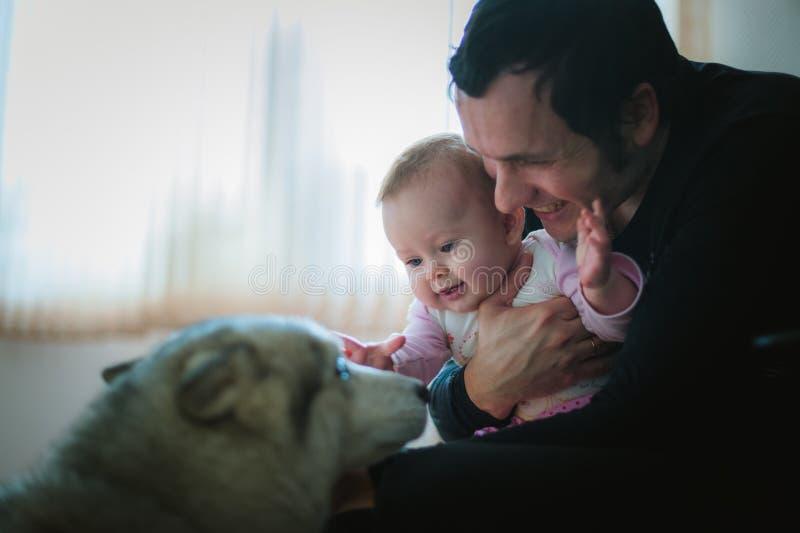 Beeld van jonge papa met binnen leuk weinig dochter stock foto's