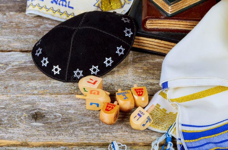 Beeld van Joodse vakantiechanoeka met houten dreidelsinzameling stock foto