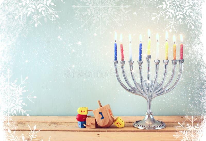 Beeld van Joodse vakantiechanoeka met menorah (traditionele Kandelabers) en houten dreidels (tol) stock afbeelding