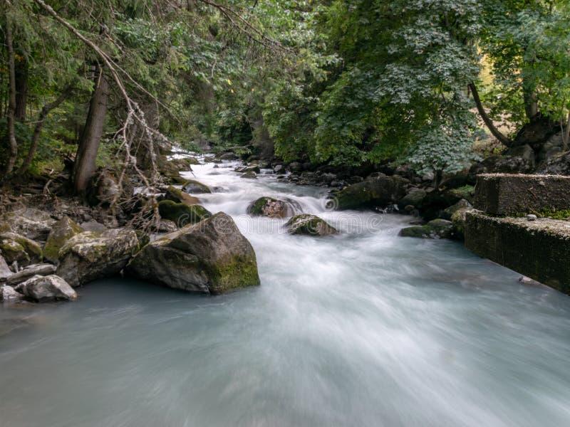 Beeld van kleine rivier in de bergen stock afbeeldingen