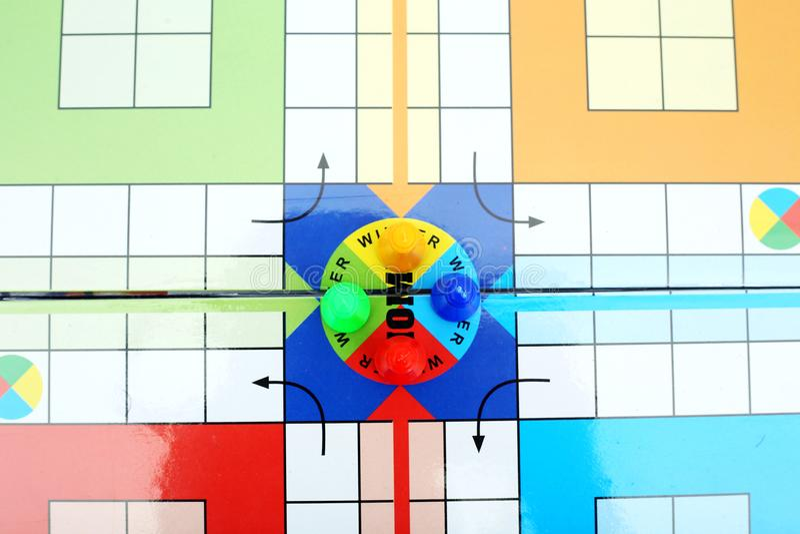 Beeld van kleurrijke panden op het spel van Ludo stock foto