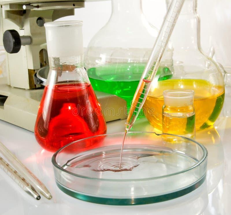 Beeld van laboratoriumglaswerk en microscoop stock afbeeldingen