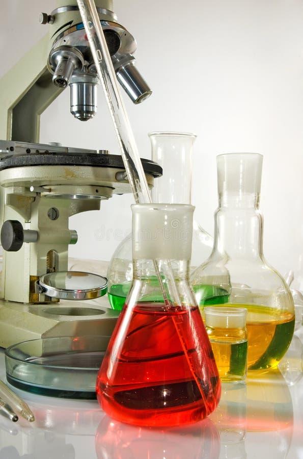 Beeld van laboratoriumglaswerk en microscoopclose-up royalty-vrije stock foto's