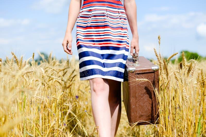Beeld van lager - de helft van vrouw die kleding dragen met royalty-vrije stock afbeelding