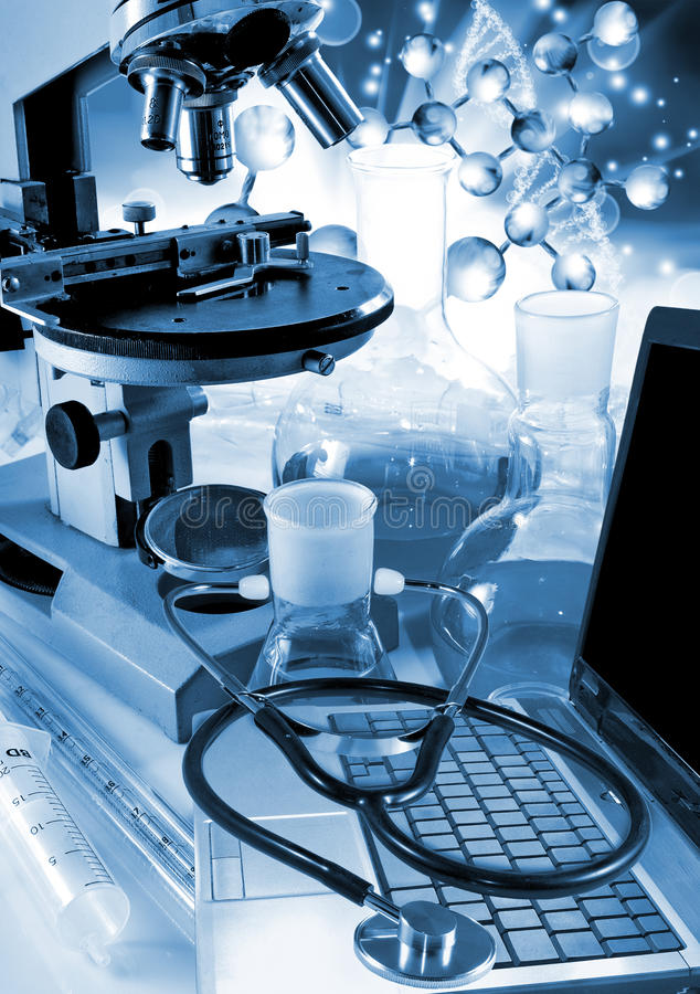 beeld van laptop en stethoscoopclose-up royalty-vrije stock foto's