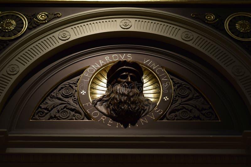 Beeld van Leonardo Da Vinci binnen het National Gallery van Londen stock fotografie