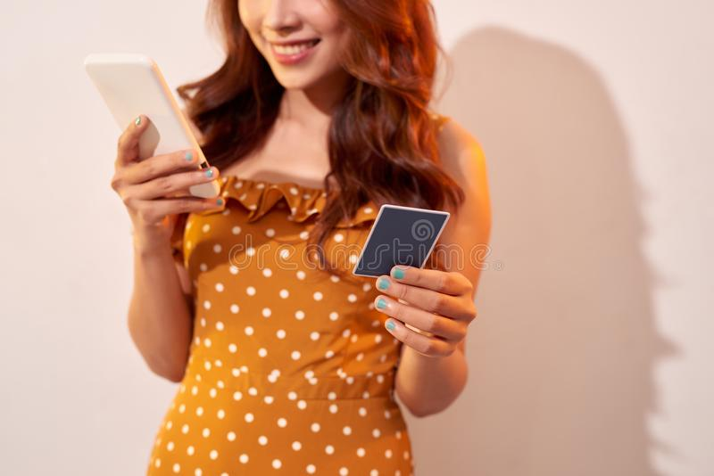 Beeld van leuke vrij jonge die vrouw over beige wordt ge?soleerd stock fotografie