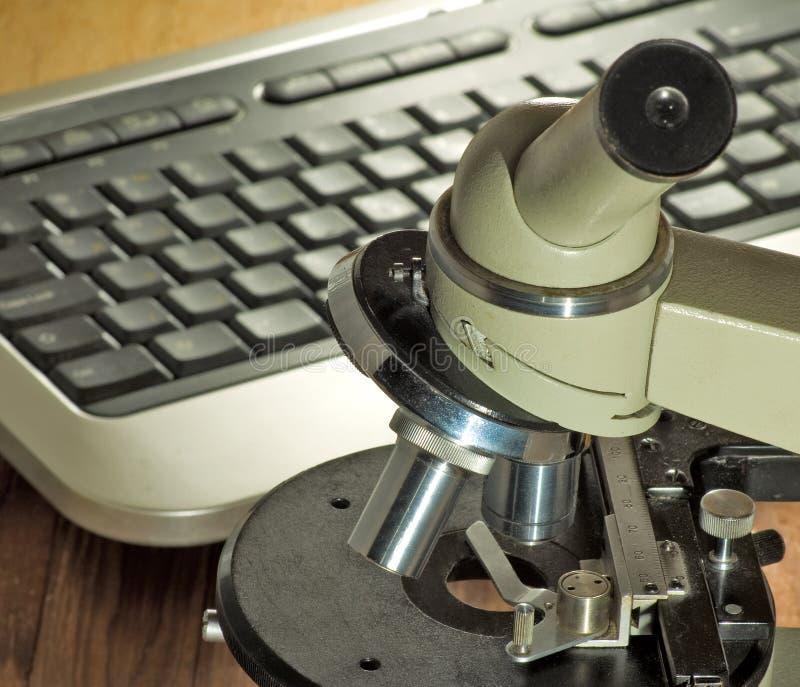 Beeld van microscoop en toetsenbordclose-up royalty-vrije stock afbeelding