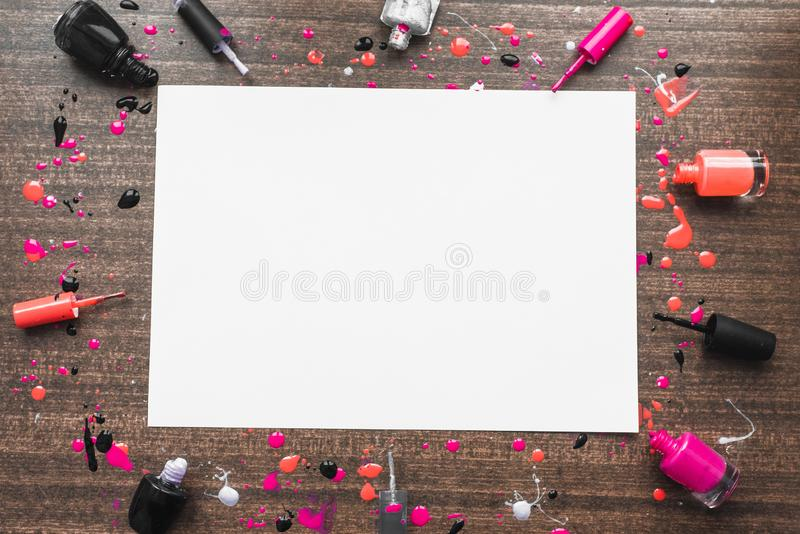 Beeld van model op houten achtergrond met nagellakken Copyspace met verschillende nagellakken Meisjesachtig betoverend flatlay be stock afbeeldingen