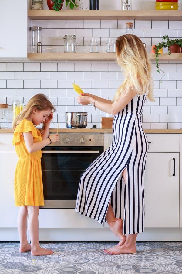 Beeld van moeder en dochter het koken in keuken stock fotografie