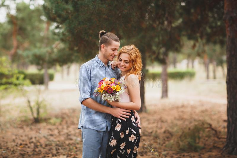 Beeld van mooi, glimlachend paar, onder de pijnbomen stock afbeeldingen