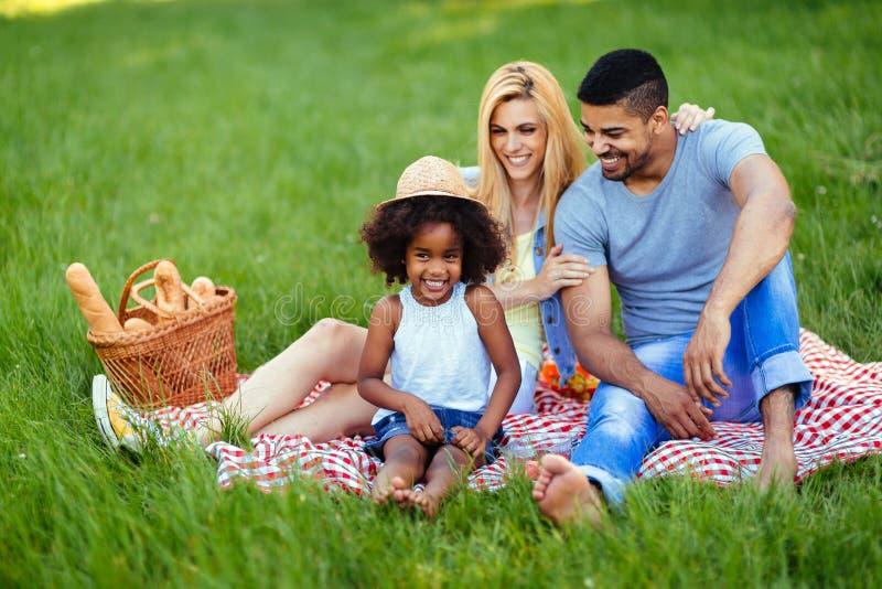 Beeld van mooi paar met hun dochter die picknick heeft royalty-vrije stock foto