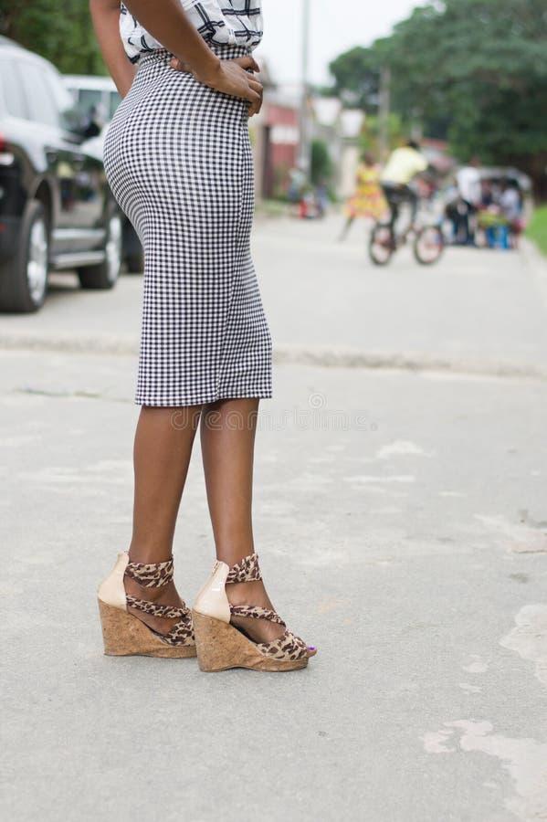 Beeld van mooie benen van een jonge vrouw die zich in de straat bevinden royalty-vrije stock afbeelding