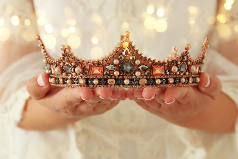 beeld van mooie dame met de witte kroon van de de holdingsdiamant van de kantkleding fantasie middeleeuwse periode royalty-vrije stock foto