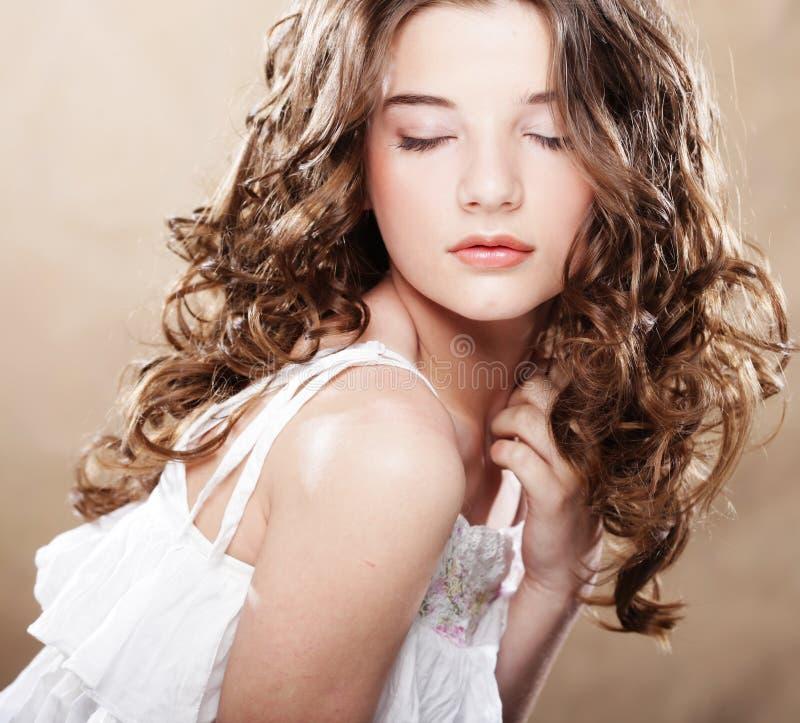 Beeld van mooie jonge vrouw met krullend haar royalty-vrije stock afbeelding