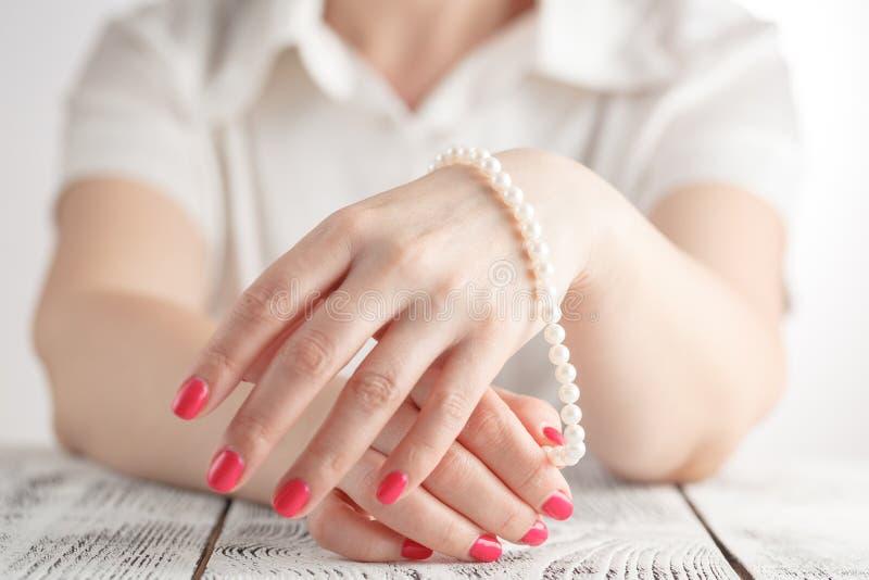 Beeld van mooie spijkers en vrouwenvingers stock foto's