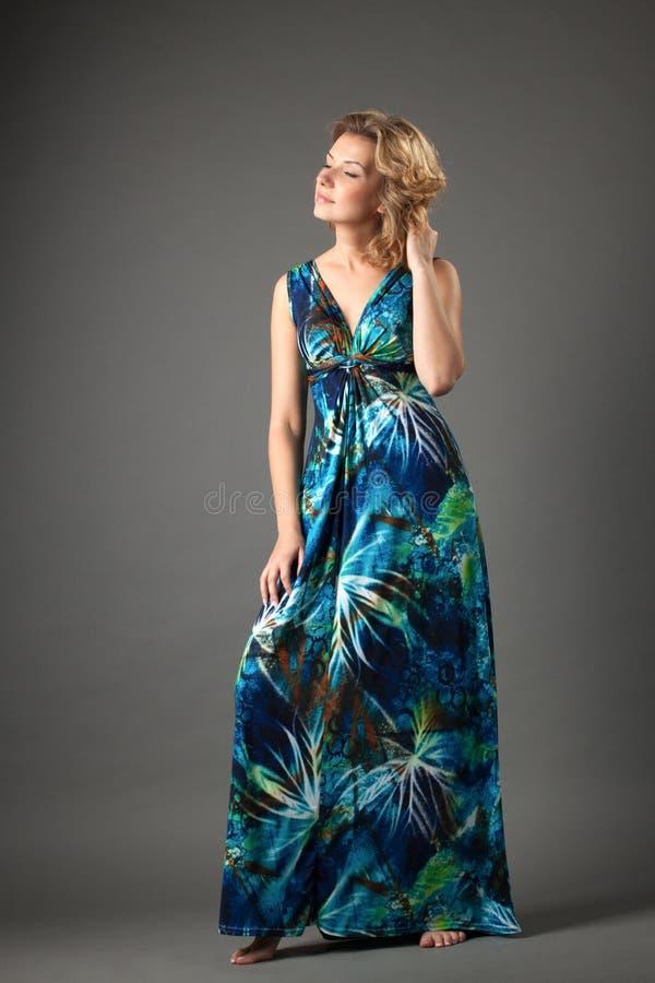 Beeld van mooie vrouw in lange kleding royalty-vrije stock afbeelding