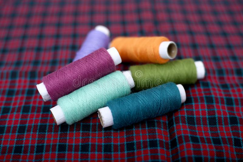 Beeld van multi gekleurde naaiende draad op de doek royalty-vrije stock afbeeldingen
