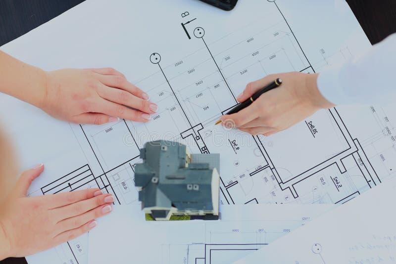 Beeld van nieuw modelhuis op het plan van de architectuurblauwdruk bij bureau stock foto's