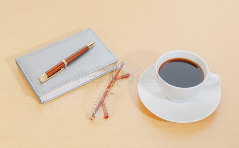 Beeld van ontwerper, de pen van de koffiekop en glazen stock foto's