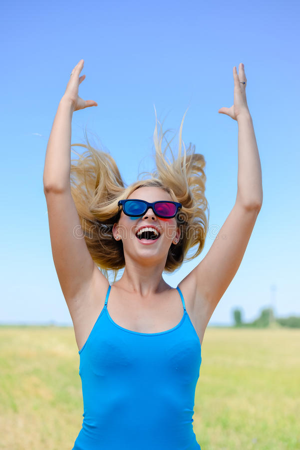 Beeld van opgetogen gelukkige jonge blonde vrouw met stock afbeelding
