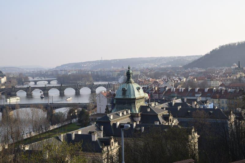 Beeld van oude stad Praag ful van bruggen royalty-vrije stock afbeeldingen
