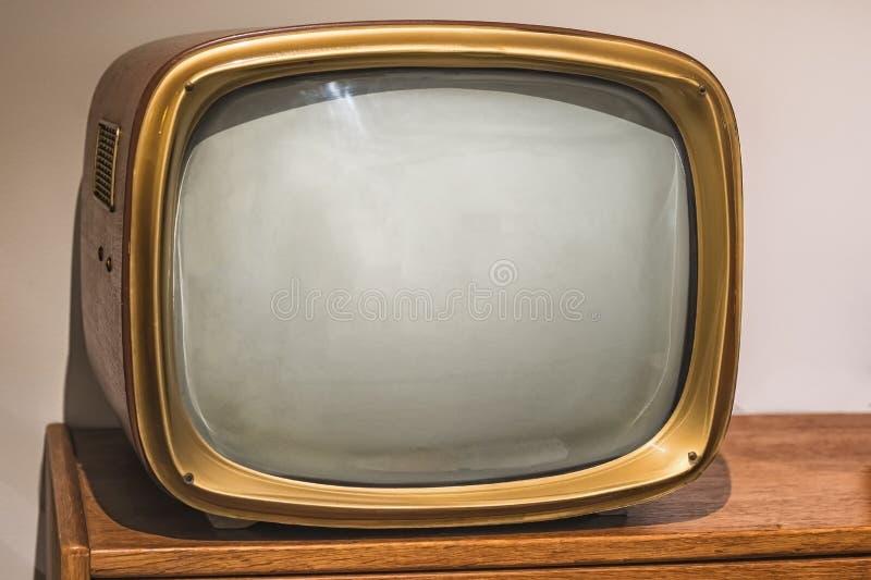 Beeld van oude uitstekende TV op de houten plank royalty-vrije stock foto's