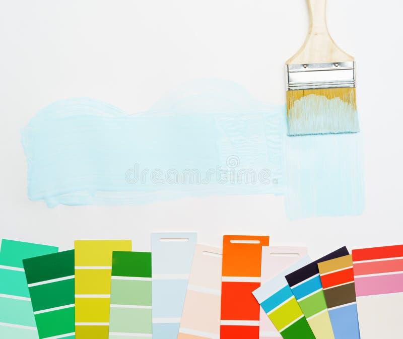 Beeld van palet met blauwe en groene, rode kleuren, borstel, op lege witte achtergrond stock foto