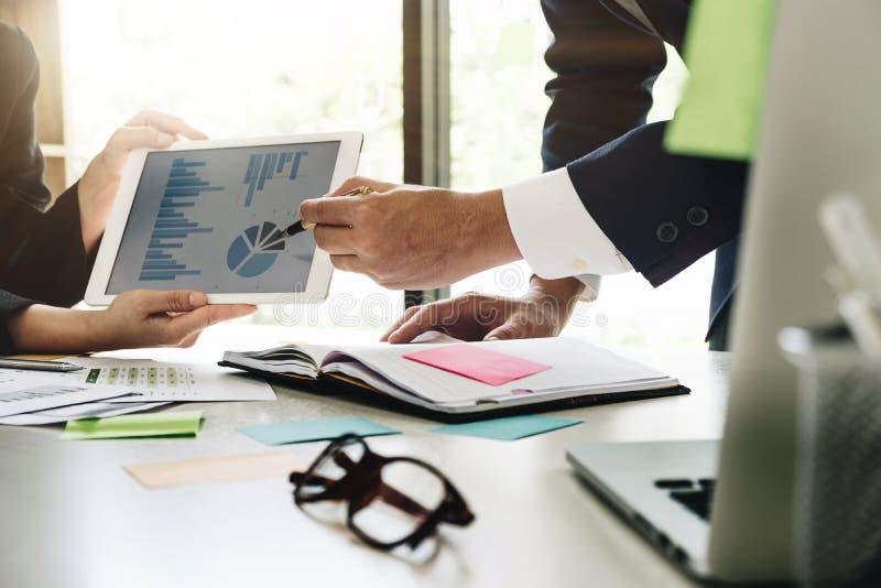 Beeld van partners die bedrijfsdocument in aanraking bespreken stock foto's