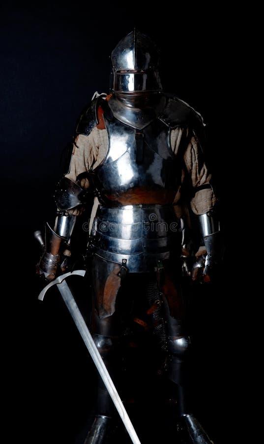 Beeld van ridder in zwaar pantser royalty-vrije stock afbeeldingen